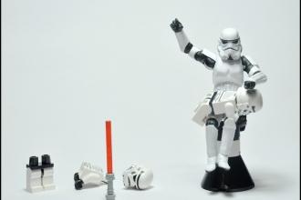 Je t'ai dit 100 fois de ne pas jouer avec le sabre laser !